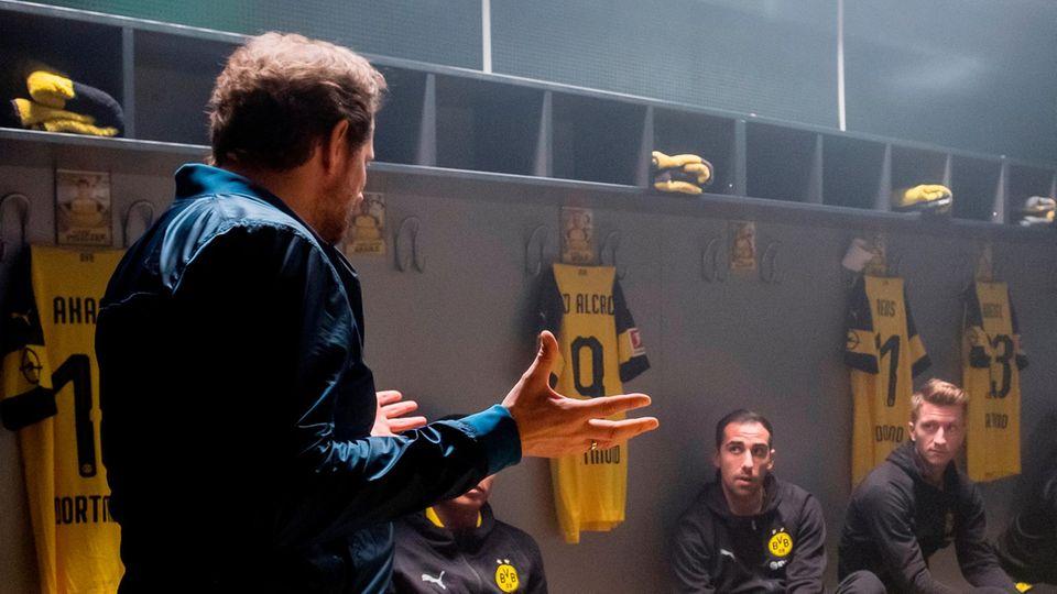 Aljoscha Pause spricht in der BVB-Kabine mit den Spielern