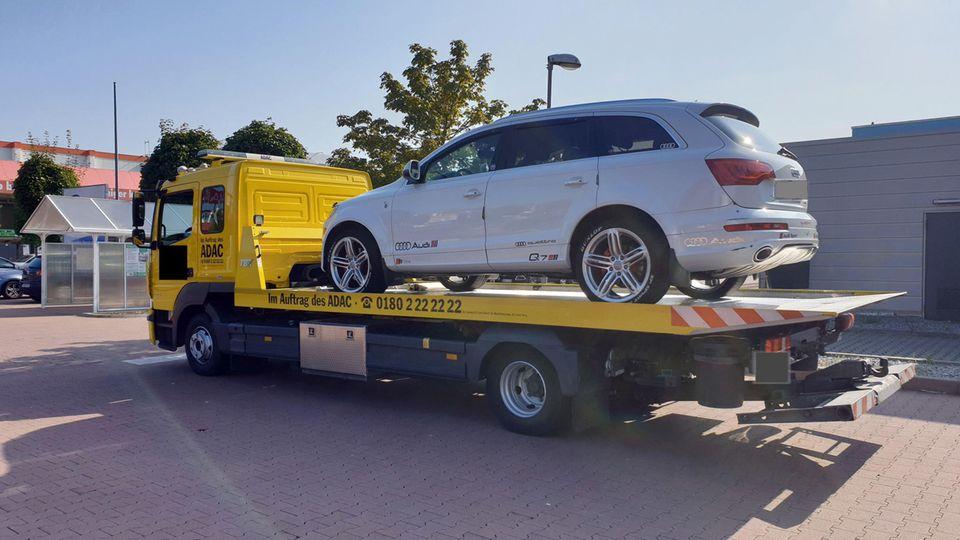 Die Polizei ließ das Auto von einem Abschleppunternehmen abtransportieren