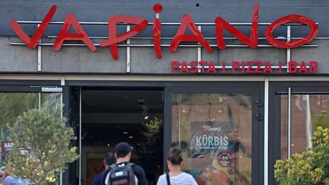 Gäste gehen in eine Filiale der Restaurantkette Vapiano