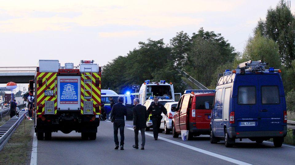 Polizisten stehen an der Anschlussstelle Hellersdorf auf der A10 nordöstlich vonBerlin auf der Fahrbahn. Hier wurden die tödlichen Schüsse abgefeuert