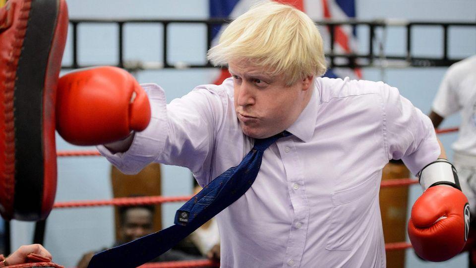 Dieses Foto entstand im Oktober 2014: Boris Johnson, damals Bürgermeister von London, kämpft mit einem Boxsack.
