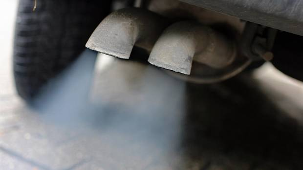 Abgase strömen aus dem Auspuff eines Fahrzeuges mit Dieselmotor
