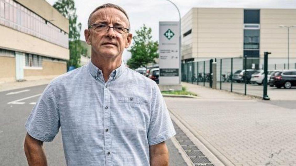 Frank Hildebrandt vor dem Werkstor der Firma Schaeffler