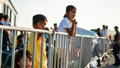 Flüchtlingskinder an einem Zaun im Lager Moria