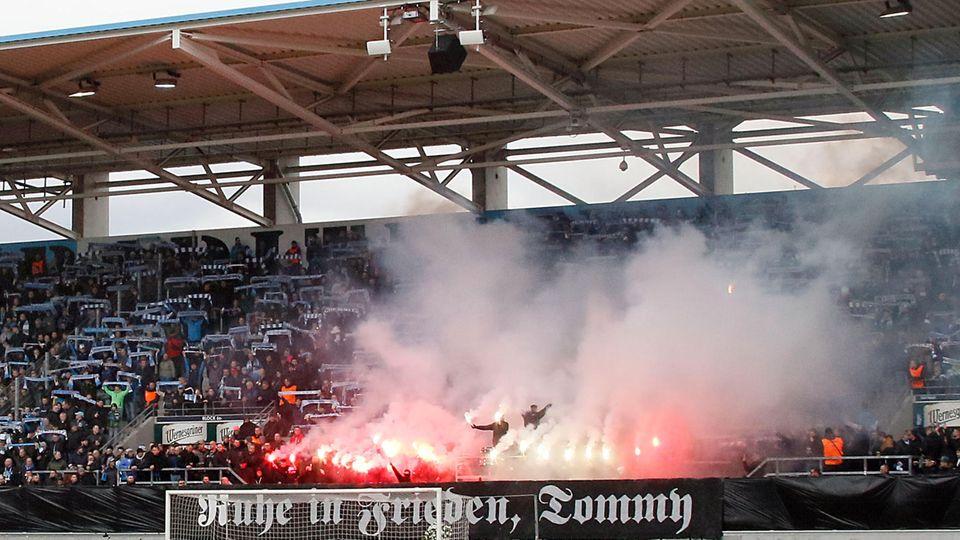 Chemnitzer Anhänger zünden Pyros während der Trauerfeier für den Neonazi Thomas Haller im Stadion an der Gellertstraße