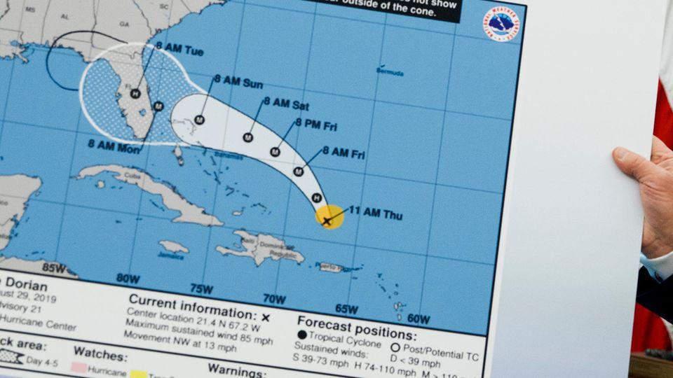 Donald Trump zeigt verfälschte Karte zur Route von Hurrikan Dorian