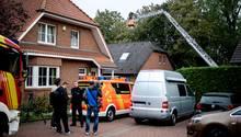 Die Leiche wurde mit Hilfe der Feuerwehr über das geöffnete Dach des Zweifamilienhauses in Hannover geborgen