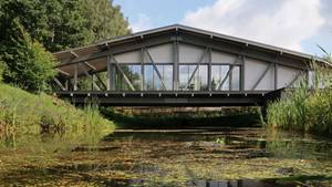 Das Brückenhaus fügt sich trotz seinesmodernen Aussehens in die Landschaft.