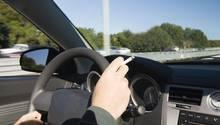 Staaten wie Großbritannien, Italien, Griechenland oder Frankreich, Südafrika und Australien haben bereits Rauchverbote in Autos eingeführt, wenn Minderjährige mitfahren