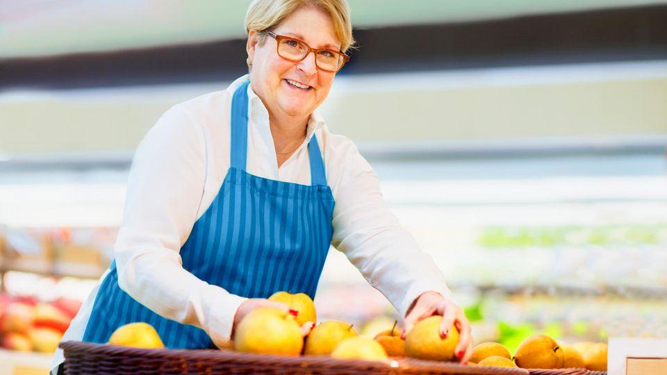 Gegen Lebensmittelverschwendung: Verkäuferin sortiert im Supermarkt Obst