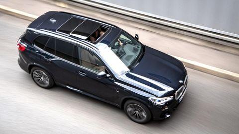 Dunkler BMW SUV während der Fahrt
