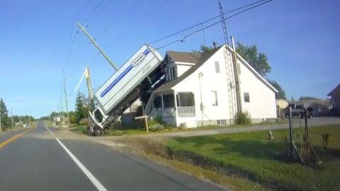 LKW landet auf Hausdach in Kanada