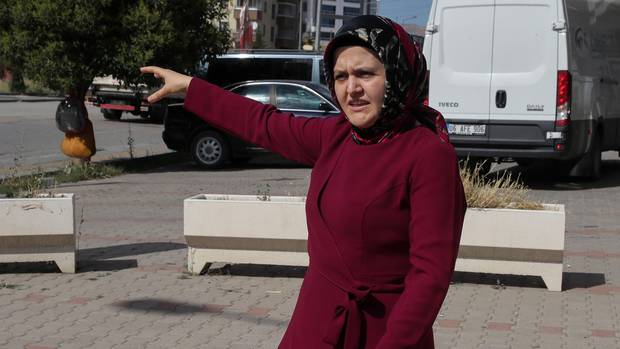 Sümeyye Yilmaz zeigt auf die Stelle, an der ihr Mann zuletzt gesehen wurde