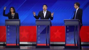 Kamala Harris (v.l.),Andrew Yang und Beto O'Rourke stritten auf der TV-Bühne