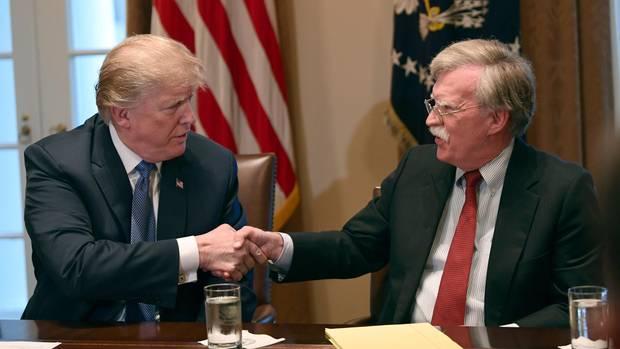 DonaldTrump und John Bolton schütteln sich die Hände