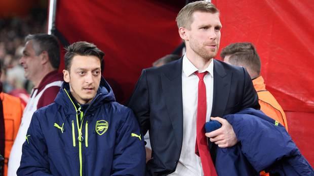 Mesut Özil (l.)und Per Mertesacker im Emirates Stadium des FC Arsenal