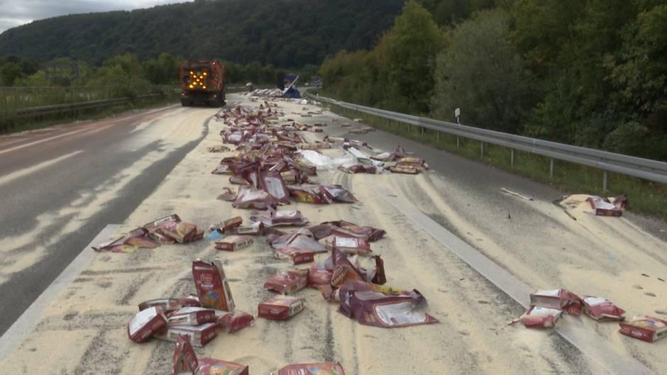 Reis auf Autobahn: Lkw verliert tonnenschwere Ladung bei einem Unfall