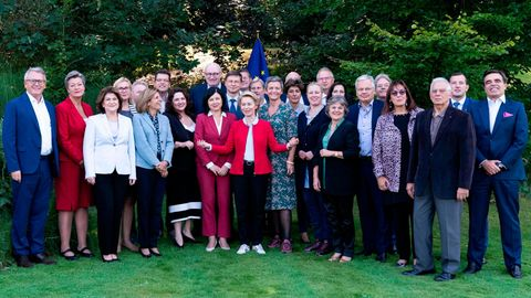 Ursula von der Leyen vor ihrer zukünftige EU-Kommission. Ganz rechts stehtMargaritis Schinas