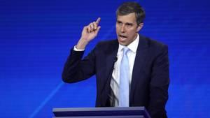 Beto O'Rourke gestikuliert entschlossen am Rednerpult während einer TV-Debatte der Demokraten
