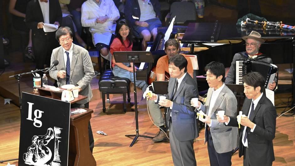 Ein japanischer Forscher und seine erwachsenen Kinder beim Ig-Nobelpreis