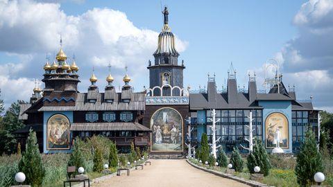 Niedersachsen, Gifhorn: Der aus verschiedenen russischen Holzbaustilen erbaute Glockenpalast.