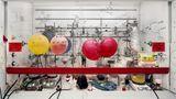 """""""Chemistry Fume Cabinet"""" – Labore der Wissenschaft gehören zu Thomas Struths Steckenpferden: Was sich normalerweise im Verborgenen abspielt, holt der Fotograf in die Öffentlichkeit. Bilder von Apparaturen, die nur Forschern vertraut sind, deren Aufgabe sich dem Laien auch nicht unbedingt erschließt, finden den Weg ins Museum. Und plötzlich meint man auch in einem Motiv wie diesem, eine Verbindung zur Malerei zu erkennen. Das Bild des Schaltschranks machte Struth 2010 an der University of Edinburgh."""