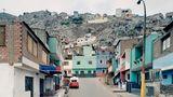 """""""Pasaje de 27 Setiembre"""" – Mit 44,7 mal 57,9 Zentimetern ist diese Aufnahme, die Struth 2003 in Lima, Peru, machte, nicht so großformatig wie viele seiner anderen Bilder abgezogen. Struth war in diesem Jahr zum ersten Mal in Peru und beschloss kurz nach seiner Ankunft in der Hauptstadt, Limas Straßen zu fotografieren – er fühlte sich von der """"Fremdheit des Ambientes angesprochen"""", heißt es in dem Bildband """"Thomas Struth, Fotografien 1978–2010"""". Das Bild gehört zu der Serie """"Unbewusste Orte""""."""
