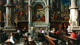 Menschen sitzen in der Kirche