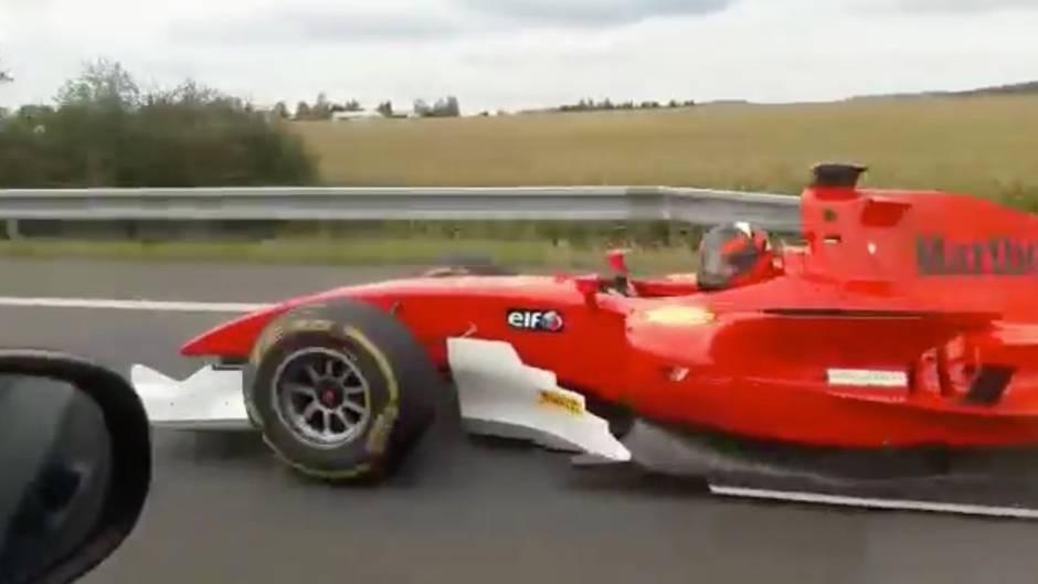Formel 2 Auto fährt auf Autobahn in Tschechien