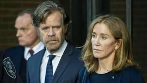 Felicity Huffman und ihr Mann, William H. Macy, verlassen nach der Urteilsverkündung das Gerichtsgebäude