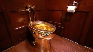 Die goldene Toilette vonMaurizio Cattelan