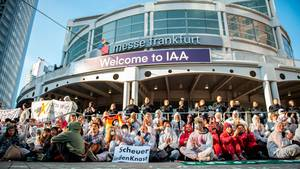 Proteste vor dem Haupteingang der IAA