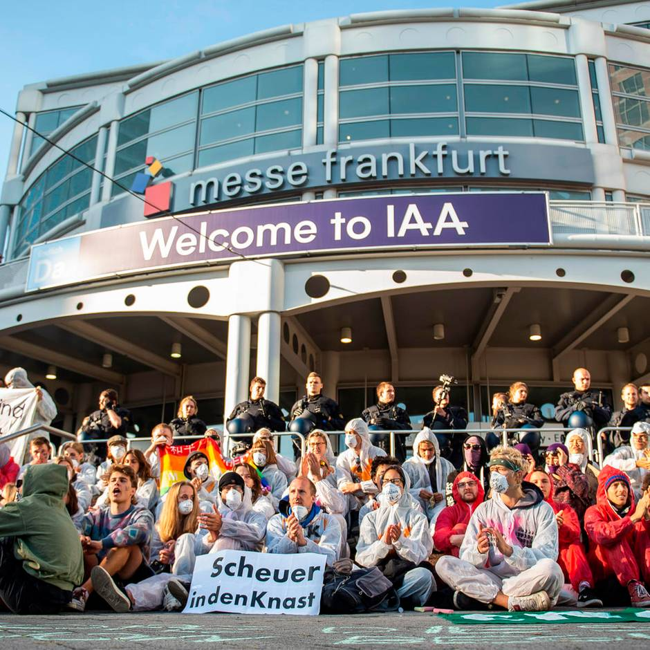 News vom Wochenende: Mehrere hundert Demonstranten blockieren Haupteingang von IAA