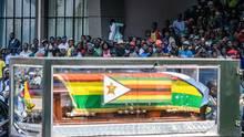 Harare, Simbabwe. Der Sarg von Simbabwes langjährigem Machthaber Robert Mugabe wird ins Natinalstadion von Harare geschoben. Mugabe starb am 6. September im Alter von 95 Jahren. Er hatte Simbabwe in die Unabhängigkeit geführt, das Land jedoch durch seine despotische Amtsführung zuletzt tief gespalten.