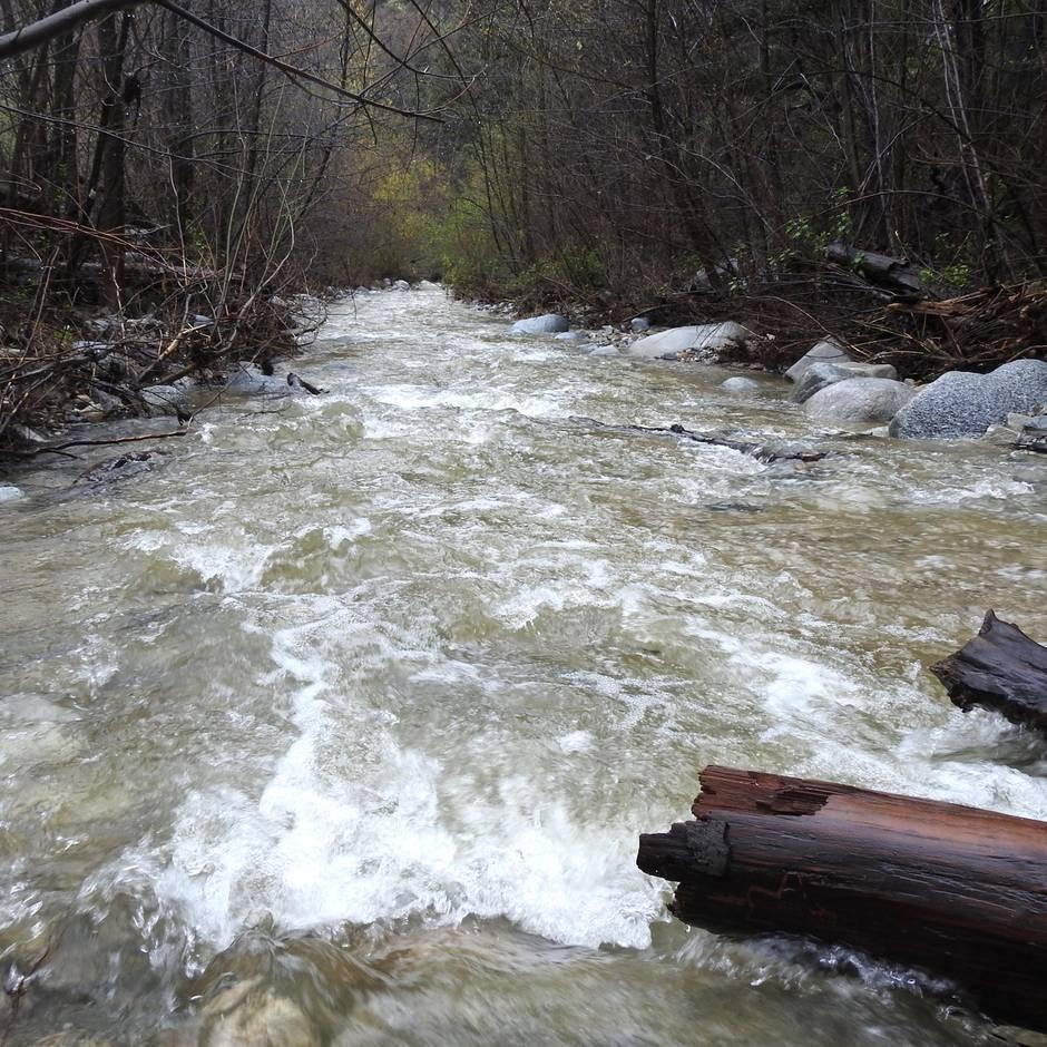 Gefährliche Tour: Familie steckt an zwölf Meter tiefem Wasserfall fest - und wird durch Flaschenpost gerettet