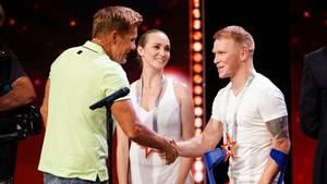 """Der einbeinige TänzerEvgeny Smirnov (r.) und seine PartnerinDaria Smirnova (M.) bekommen von Jurymitglied Dieter Bohlen (l.) einen """"Supertalent-Stern"""" und damit die Chance, in die engere Auswahl für das Finale zu kommen"""