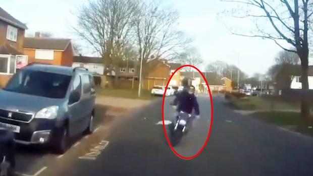 Auf der linken Bildhälfte fährt ein Motorradfahrer auf die Kamera zu, rechts fliegt ein Motorrad durch die Luft