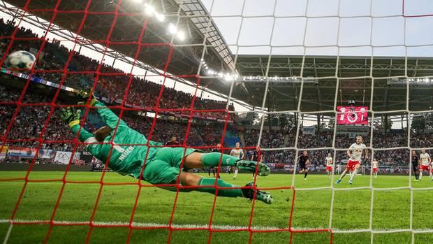 Da kann sich Manuel Neuer strecken, wie er will. An den Elfmeter von Emil Forsberg kommt er nicht ran