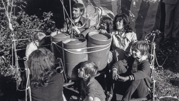 Die Aufnahme zeigt das Ehepaar Stelzyk und Petra Wetzel mit Kindern kurz nach der Landung bei Naila
