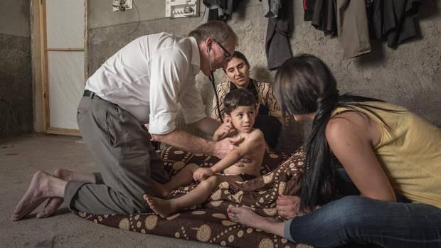 Mit einem Stethoskop horcht Doktor Gammel Khairis Organe ab