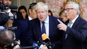 Boris Johnson und Jean-Claude Juncker geben sich die Hand