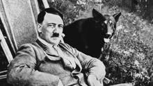 Adolf Hitler mit seinem Wolfshund