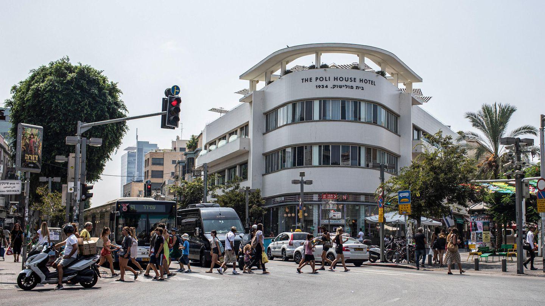 An einer Kreuzung in der Innenstadt von Tel Aviv steht ein typsiches Haus, welches nach Bauhaus-Architektur gebaut wurde