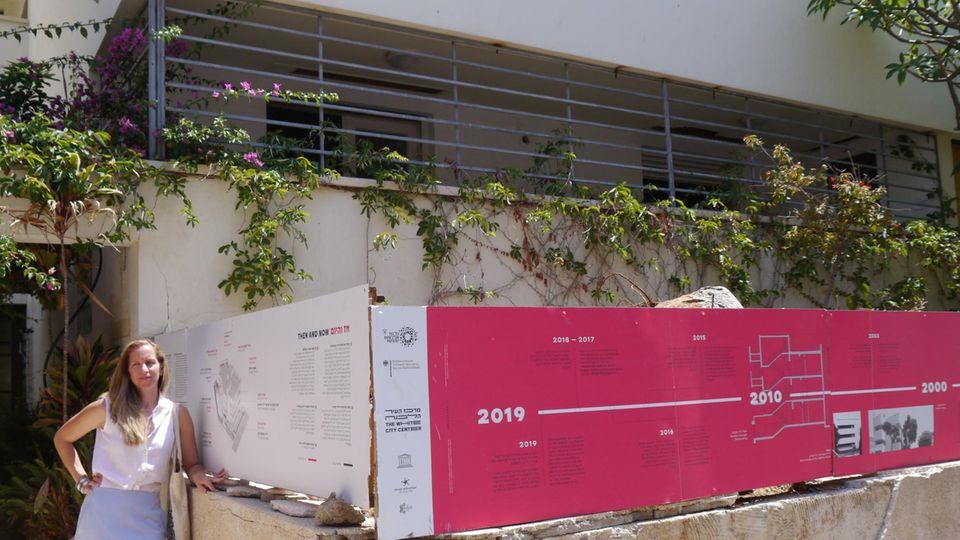 """Sharon Golan Yaron, in Deutschland geborene Architektin und Programmdirektorin des Zentrums """"Weiße Stadt"""", steht vor dem Max-Liebling-Haus in Tel Aviv."""