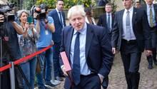 Der britische Premier wird in Luxemburg ausgebuht und erscheint dann einfach nicht zum Medienstatement vor dem aufgebauten Mikrofon.