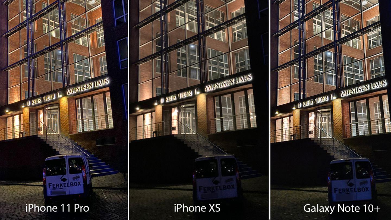 Ein Auto vor dem Amundsenhaus, ebenfalls Speicherstadt in Hamburg. Beim iPhone XS hätte man das Kennzeichen nicht verpixeln müssen. BeimNote 10+ und dem iPhone 11 war es aber noch sehr gut lesbar. Das verdeutlicht, wie viele Details die jeweiligen Nachtmodi aufbereiten können. Beide Telefone leisten sehr gute Arbeit. In den Details ist aber auch hier das iPhone etwas nuancierter - man schaue etwa auf das beleuchtete Mauerwerk neben der Treppe.