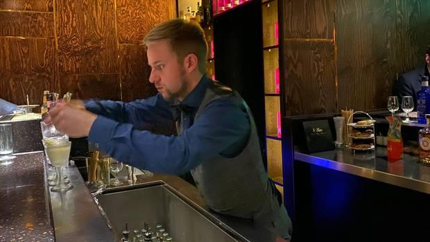 Einen Barkeeper in Aktion in einer schummrigen Bar zu fotografieren ist gar nicht so einfach. Hier zu sehen: Marian Gadzewski aus dem Le Lion in Hamburg.