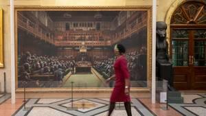 London, Großbritannien. Das Gemälde des Streetart-Künstlers Bansky zeigt Schimpansen, die im britischen Parlament sitzen. Das Bild ist zwar schon zehn Jahre alt, hat aber heutein Zeiten des Brexit-Chaos an Aktualität gewonnen. Sotheby's versteigert das Werk Anfang Oktober und hofft auf einen Preisum die 1,5 Millionen Pfund.