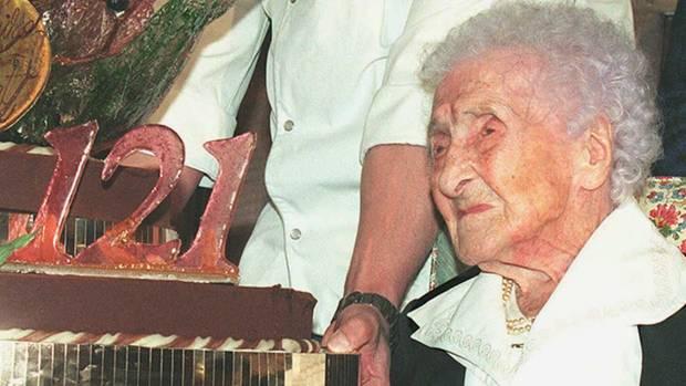 Die alte Dame neben ihrer Gebrutstagstorte