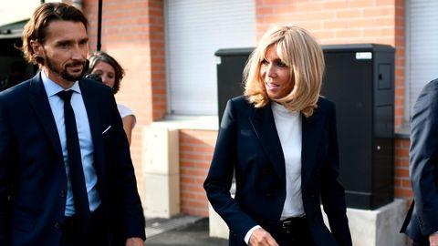 Brigitte Macron läuft über einen Platz